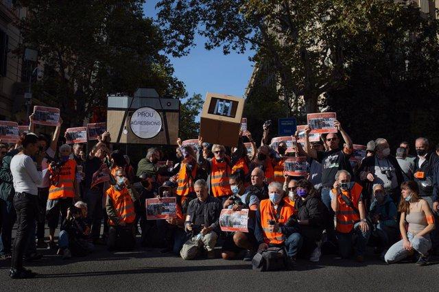 Concentració davant la Delegació del Govern central per reclamar l'absolució del fotoperiodista d''El País' Albert Garcia