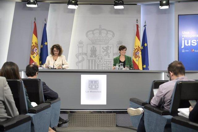 La ministra de Hacienda y Función Pública, Maria Jesús Montero (i) y la ministra Portavoz, Isabel Rodríguez (d), comparecen en rueda de prensa posterior al Consejo de Ministros extraordinario celebrado en Moncloa, a 7 de octubre de 2021, en Madrid (España