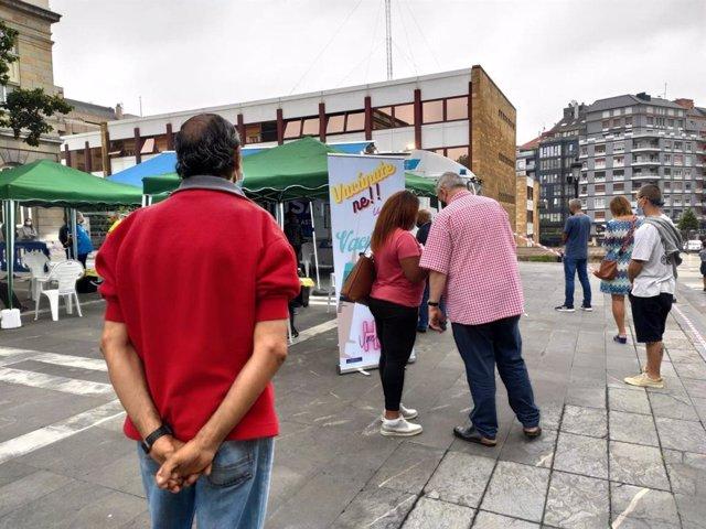Archivo - Vacumóvil en Oviedo, unidad móvil para vacunar contra la COVID-19