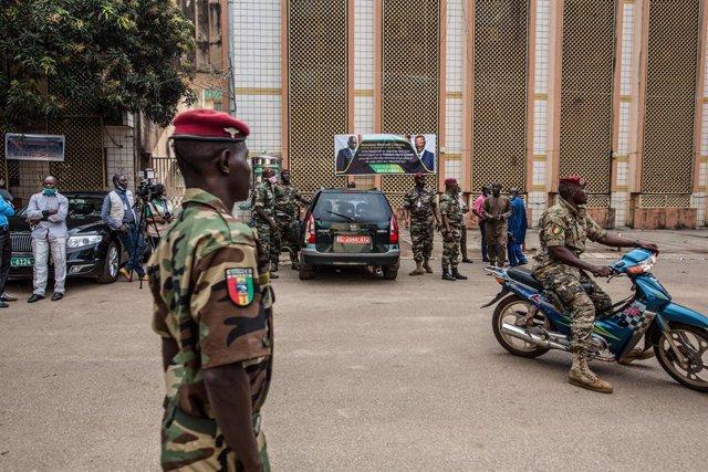 Archivo - Militares en Conakry, Guinea