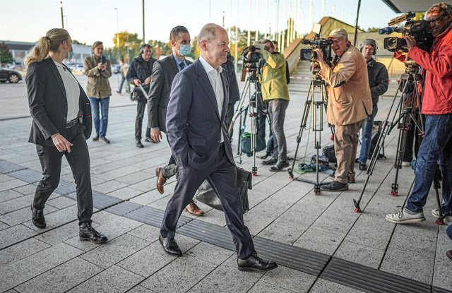 07 October 2021, Berlin: Olaf Scholz (R), Social Democratic Party of Germany (SPD) candidate for chancellor and minister of finance, arrives at the CityCube. The SPD wants to start exploratory talks with Free Democratic Party (FDP) and Buendnis 90/Die Gru
