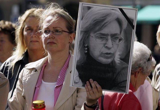 Archivo - Imagen de archivo durante una protesta para exigir justicia por el asesinato de la periodista Anna Politkovskaya.