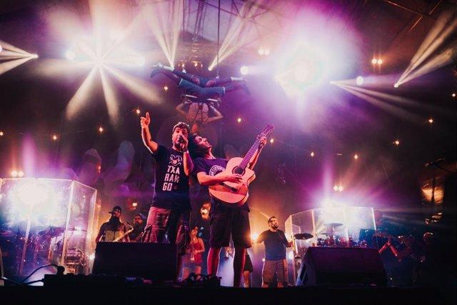 Archivo - Arxiu - La banda Txarango en una concert