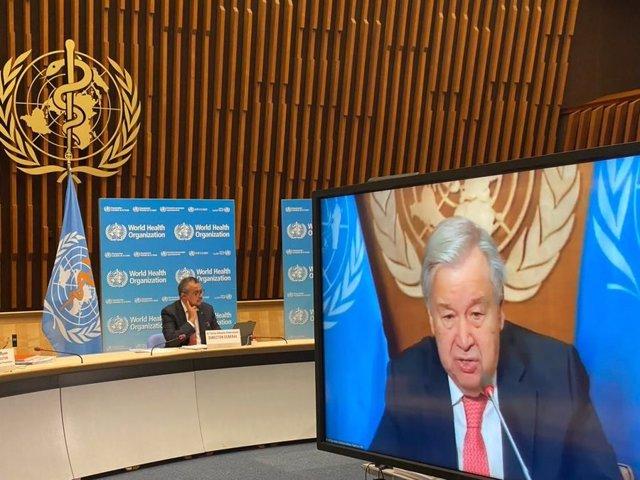 De izquierda a derecha: el director general de la Organización Mundial de la Salud (OMS), Tedros Adhanom Ghebreyesus, y el secretario general de Naciones Unidas (ONU), António Guterres, en rueda de prensa. A 7 de octubre de 2021, en Ginebra (Suiza).