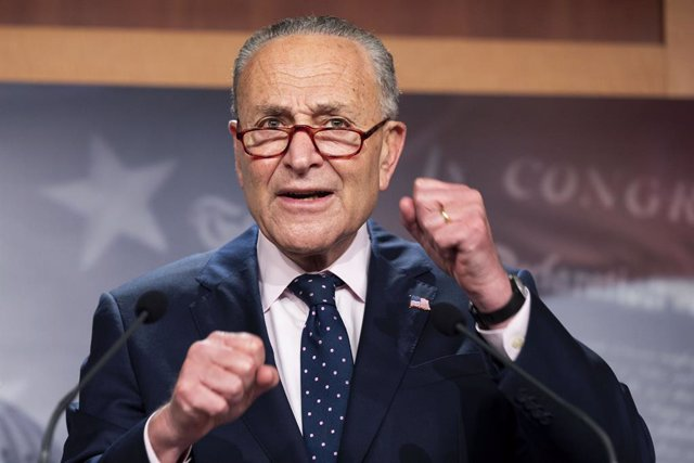 Archivo - 11 August 2021, US, Washington: US Senate Majority Leader Chuck Schumer (C) speaks at a press conference about passage of the Bipartisan Infrastructure Bill and the Budget Resolution. Photo: Michael Brochstein/ZUMA Press Wire/dpa