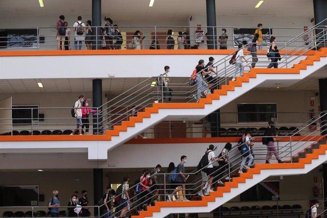 Archivo - Estudiantes en la Facultad de Ciencias Económicas y Empresariales de la Universidad Complutense de Madrid.