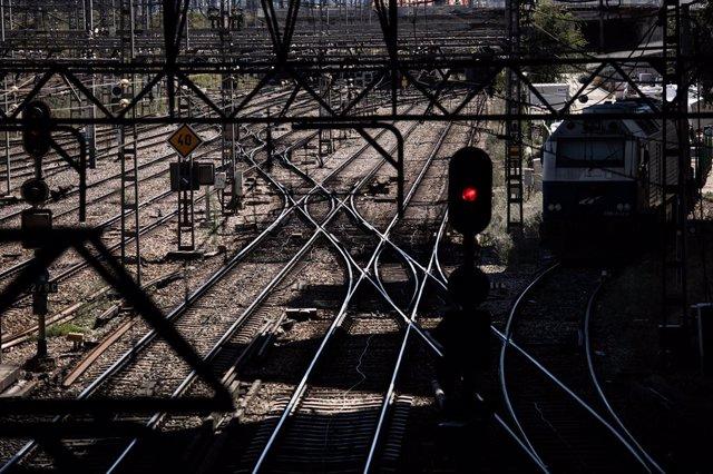 Diversos rails d'entrada a l'estació d'Atocha - Rodalies, durant la cinquena jornada de vaga de maquinistes de Renfe, a 7 d'octubre de 2021, a Madrid (Espanya).