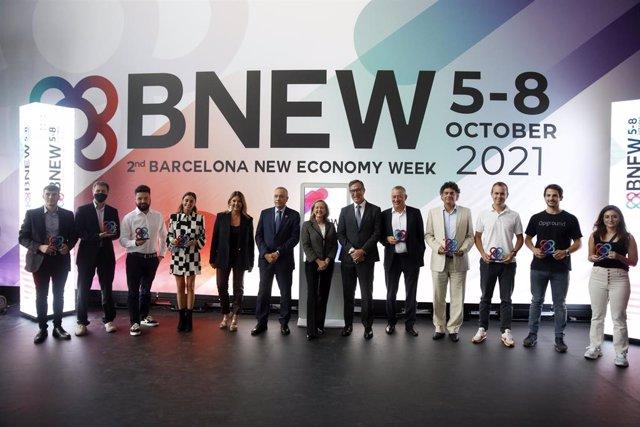 La vicepresidenta primera del Govern, Nadia Calviño; el delegat especial de l'Estat en el CZFB, Pere Navarro, i la directora general del CZFB, Blanca Sorigué, al costat dels guardonats en els premis BNEW.