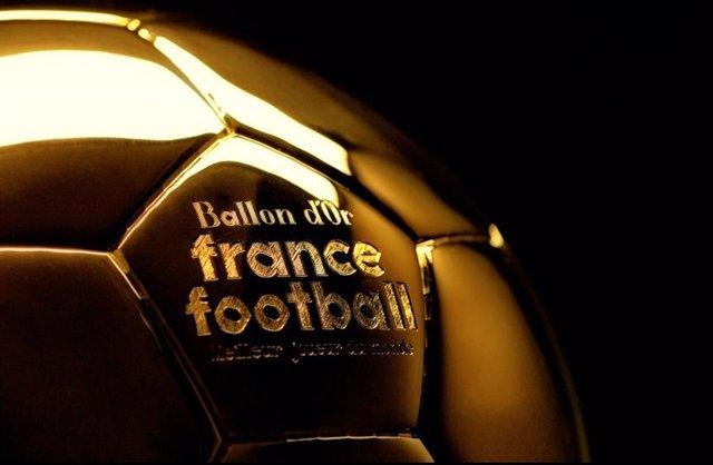 Archivo - Imagen en detalle del trofeo del Balón de Oro.