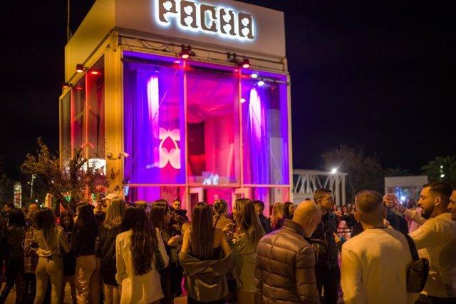 Algunes persones fan cua enfront de la discoteca Pacha de Barcelona en la primera nit de reobertura de l'oci nocturn a Catalunya després de mesos de restriccions, a 7 d'octubre de 2021.