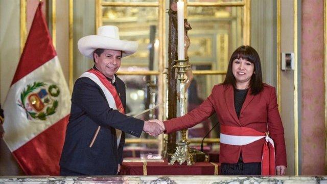 El presidente de Perú, Pedro Castillo, toma juramentación a la excongresista Myrtha Vásquez como nueva presidenta del Consejo de Ministros.