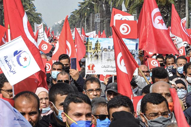 Archivo - 27 February 2021, Tunisia, Tunis: Supporters of the Islamic conservative Ennahda party take part in a demonstration to support the Tunisian government. Photo: Chokri Mahjoub/ZUMA Wire/dpa