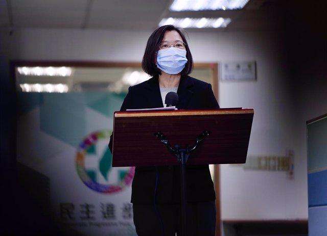 Archivo - 02 December 2020, Taiwan, Taipei: Taiwan's President Tsai Ing-wen, wearing a face mask, speaks during a press conference about the coronavirus virus containment measures. Photo: Daniel Ceng Shou-Yi/ZUMA Wire/dpa