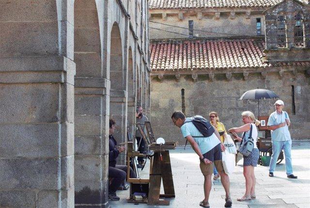 Archivo - Turistas en Santiago de Compostela