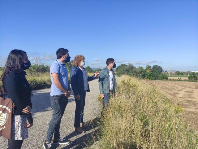 El portaveu dels comuns, David Cid; el diputat Lucas Ferro i la regidora d'ECP a l'Hospitalet de Llobregat, Ana González, visiten la zona on es projectava el PDU Gran Via-Llobregat
