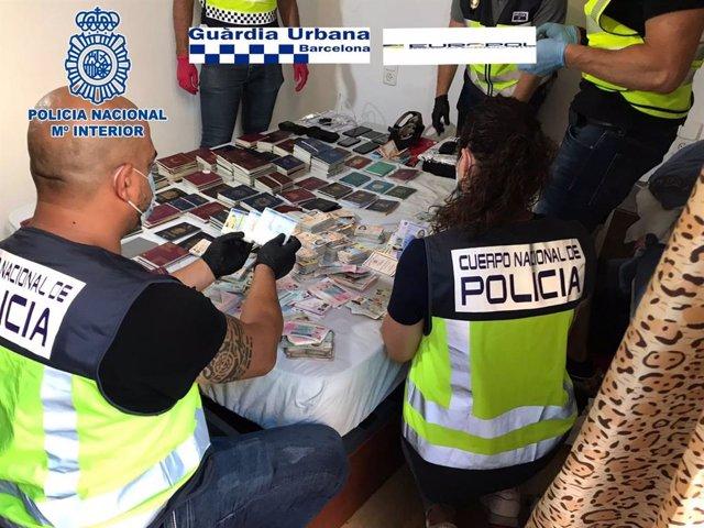 Imatge dels agents amb els documents d'identitat