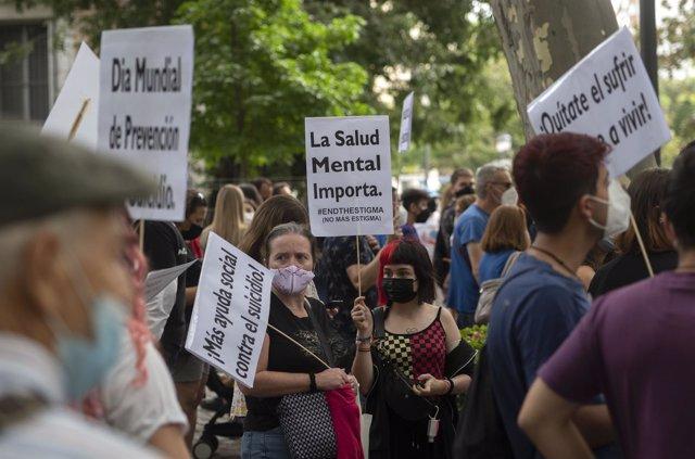 """Una mujer sostiene una pancarta donde se lee """"La Salud Mental Importa"""", en una manifestación por un Plan Nacional de Prevención del Suicidio, a 11 de septiembre de 2021, en Madrid (España)."""