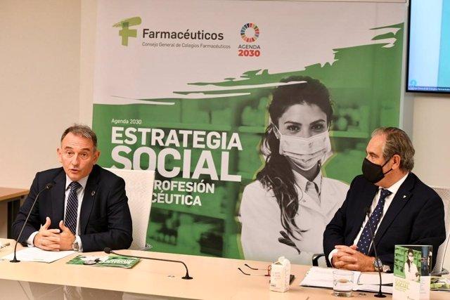 De izq a dcha: secretario de Estado de Agenda 2030, Enrique Santiago Romero, y presidente de Consejo de Farmacéuticos, Jesús Aguilar, en la presentación de 'Estrategia Social de la Profesión Farmacéutica'. En Madrid, a 8 de octubre de 2021.