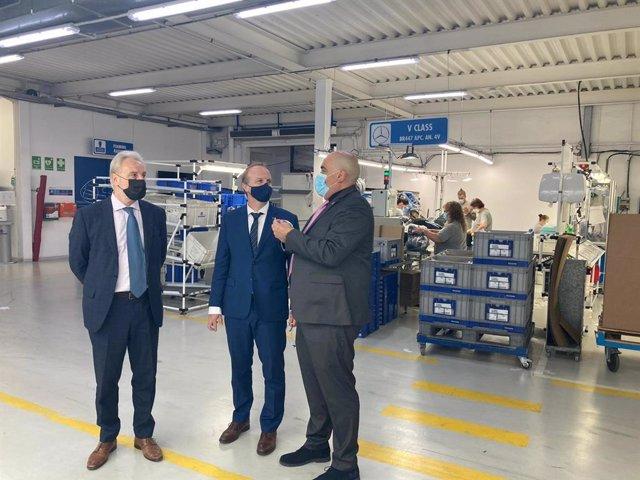 El secretari d'Empresa i Competitivitat de la Generalitat, Albert Castellanos, durant la visita a la planta