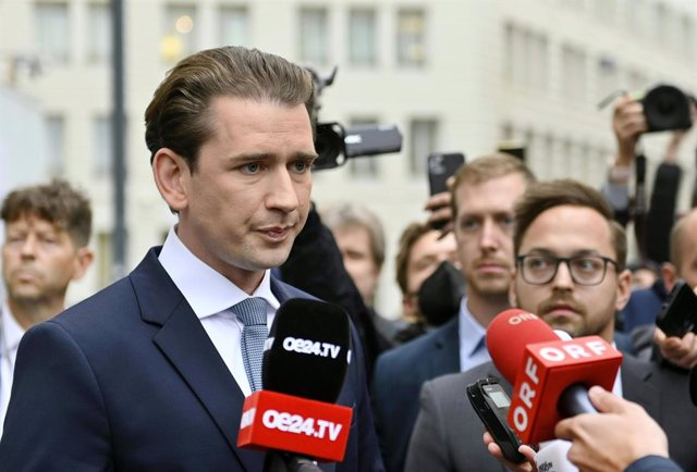 07 October 2021, Austria, Vienna: Austrian Chancellor Sebastian Kurz speaks to the media upon arrival for a meeting with President Alexander Van der Bellen at the Hofburg Palace on the backdrop of the latest corruption probe targeting the office of Austri