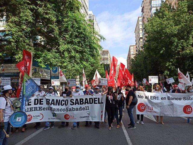 Manifestación en Murcia en protesta por el ERE de Banco Sabadell, a 8 de octubre de 2021