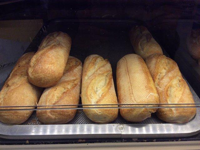 Archivo - Barras de pan en un supermercado