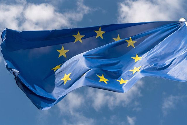 Archivo - FILED - 02 July 2019, Saxony, Dresden: A European flag blows in the wind in front of the Saxon state parliament. The eurozone's gross domestic productplummeted by a record 12.1 per cent in the second quarter amid the coronavirus pandemic, accor