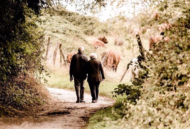 Archivo - Personas mayores dando un paseo.