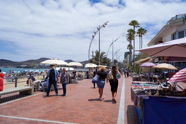 Archivo - Varias personas, durante el primer día en el que no es obligado el uso de la mascarilla en exteriores desde el inicio de la pandemia, a 26 de junio de 2021, en Gran Canaria, Islas Canarias (España).