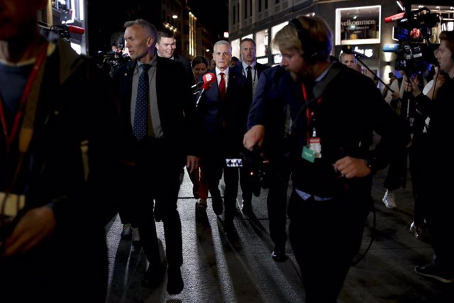 13 September 2021, Norway, Oslo: Norwegian  Labor leader Jonas Gahr Store surrounded by security guards and press people on their way to the Stortinget after the Labor Party's election vigil at Folkets hus during the 2021 parliamentary election. Norway's