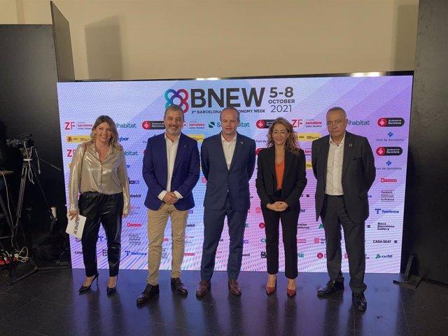 La ministra Raquel Sánchez, al costat del secretari d'empresa i Competitivitat de la Generalitat, Albert Castellanos; el primer tinent d'alcalde de l'Ajuntaments de Barcelona, Jaume Colloboni, i el delegat especial de l'Estat en el CZFB, Pere Navarro.