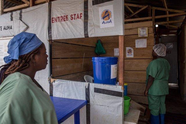 Archivo - Dos trabajadoras entran a un centro de tratamiento contra el ébola en Beni, en RDC