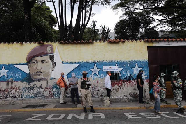 Archivo - 06 December 2020, Venezuela, Caracas: A queue of voters waits in front of a polling station during the 2020 Venezuelan parliamentary election. Most opposition parties as well as interim president Guaido expect electoral fraud and have therefore