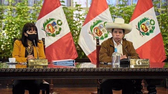 La primera ministra, Mirtha Vásquez, y el presidente peruano, Pedro Castillo.