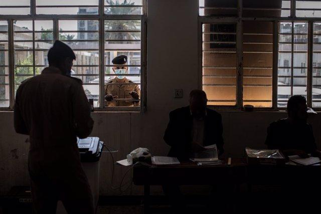 Un miembro de las fuerzas de seguridad vota en las elecciones parlamentarias anticipadas en Irak