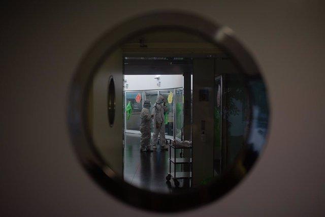 Archivo - Arxiu - Varis sanitaris protegits en l'Unitat de Vigilància intensiva ?UCI- de l'Hospital del Mar, a Barcelona, Catalunya (Espanya), a 19 de novembre de 2020. Ara que la regió passa per la segona ona de la pandèmia, Catalunya confirma que a dia