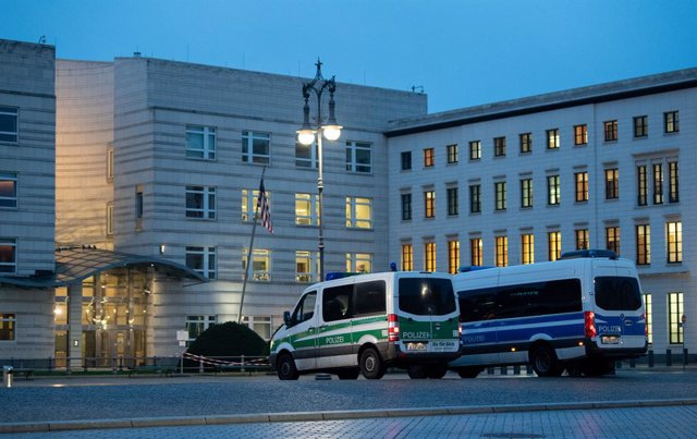 Archivo - 07 January 2021, Berlin: Police vehicles stand outside the US Embassy in Germany in the morning, after the riots in the USCapitol building by the supporters of the US President Donald Trump in Washington. Photo: David Hutzler/dpa