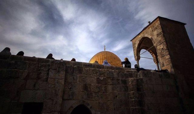 Archivo - Palestinos frente a la Cúpula de la Roca, en la Explanada de las Mezquitas, situada en la Ciudad Vieja de Jerusalén