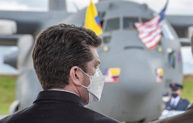 El ministro de Defensa, Diego Molano, junto con la aeronave Hércules C-130 donada por Estados Unidos