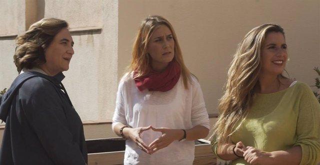 L'alcaldessa de Barcelona, Ada Colau; la líder dels comuns en el Parlament, Jéssica Albiach, i l'exalcalde de Castelldefels (Barcelona), Candela López