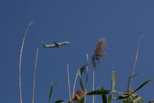 Archivo - Arxivo - Un avió desenganxa des de l'aeroport de Barcelona-El Prat