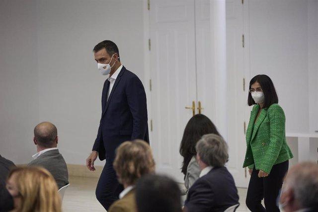 La ministra de Sanidad, Carolina Darias (d) y el presidente del Gobierno, Pedro Sánchez (i), llegan al acto institucional 'Salud Mental y COVID-19', en el Palacio de la Moncloa, a 9 de octubre de 2021, en Madrid (España). El Palacio de la Moncloa acoge es