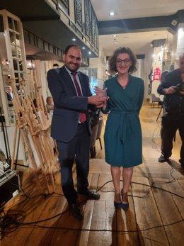 El president de Societat Civil Catalana (SCC), Fernando Sánchez Costa, i l'eurodiputada de Cs, Maite Pagazaurtundúa, premiada en la segona edició dels Premis 8 d'Octubre, organitzats per l'entitat
