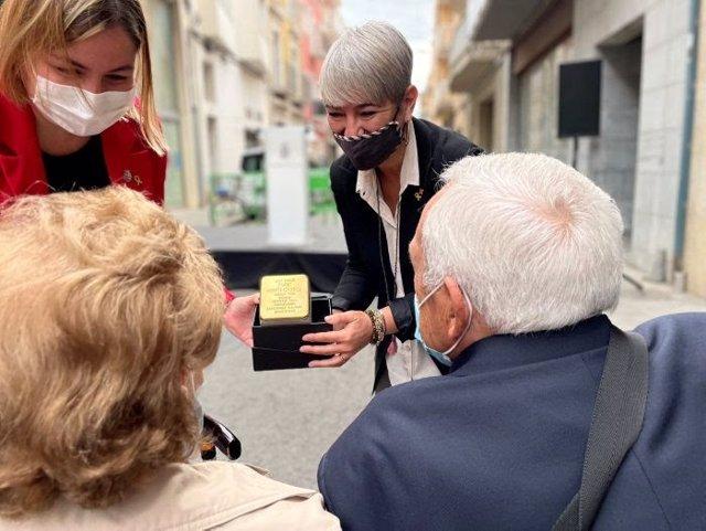 La consellera de Justícia, Lourdes Ciuró, mostra la llamborda als familiars d'Enric Moner.