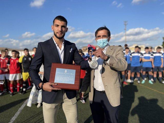 El alcalde de Murcia, José Antonio Serrano, junto al futbolista Rafa Mir
