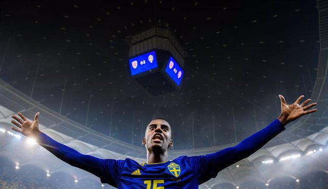 Archivo - 15 November 2019, Romania, Bucharest: Sweden's Alexander Isak celebrates victory after the final whistle of the UEFA EURO 2020 qualifying Group F soccer match between Romania and Sweden at the National Arena. Photo: Petter Arvidson/Bildbyran via