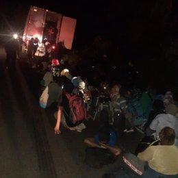 Un grupo de 126 migrantes rescatados de un contenedor abandonado en Guatemala