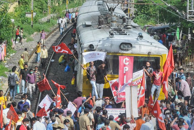 27 September 2021, India, Kolkata: Supporters of the Left Front party and Communist Party of India block a railway track in Kolkata to support farmers strike against the central government's three farm reform laws. Photo: Monojit Kumar Saha/PTI/dpa