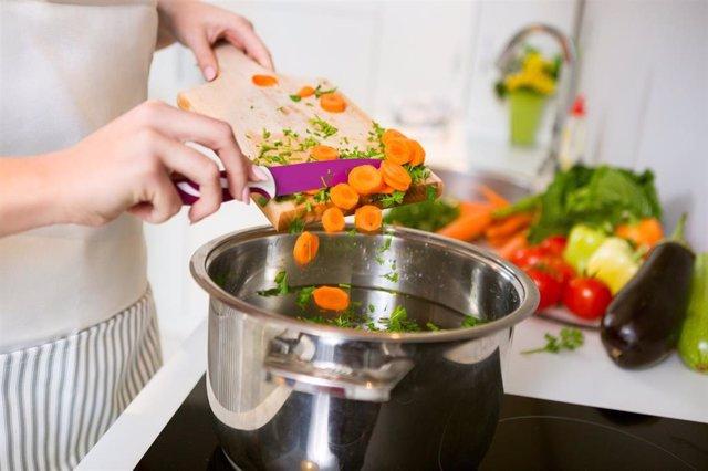 Archivo - Verduras cocinadas, zanahorias, hortalizas