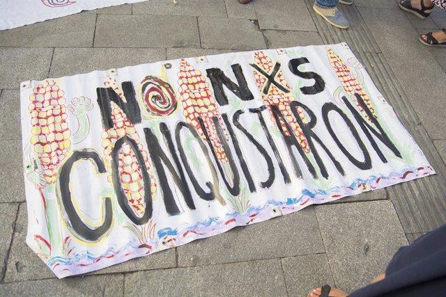 Cartel de protesta contra la Conquista durante una marcha en Madrid con motivo del 500 aniversario de la caída de Tenochtitlan